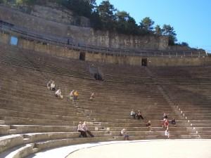 Teatro romano con espectadores